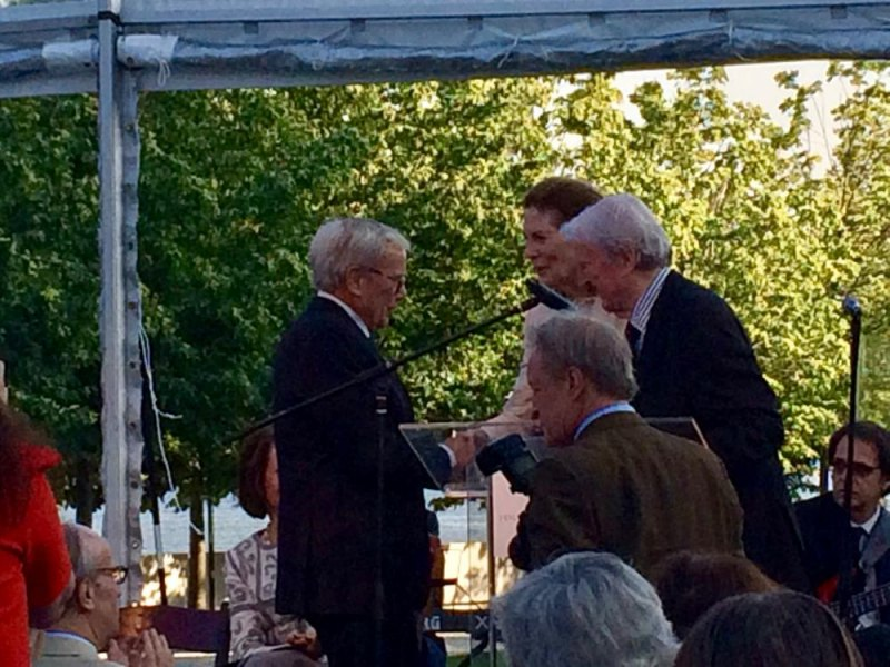 Tom Brokaw congratulated by Mrs. Franklin D. Roosevelt Jr.