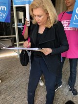 Congresswoman Carolyn Maloney signs WFF petition asking RIOC to restore the cat sanctuary's water supply.