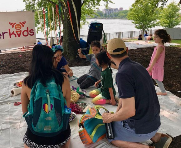Wonder Kids met the day's theme, young people participate in handling art objects, getting the feel and touch that makes each original.
